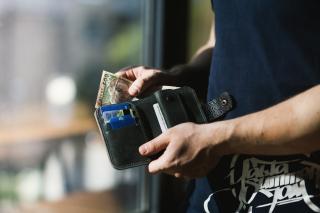 Credit-card-hands-man-1174750